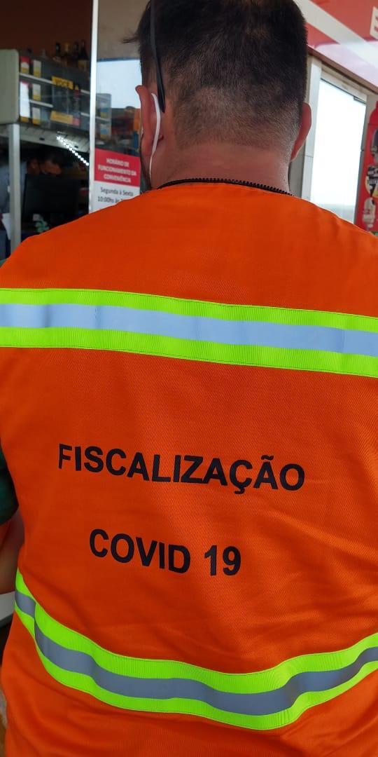 Fiscal da Central de Fiscalização de Ituiutaba orientando populares no Centro de Ituiutaba. Foto: Divulgação